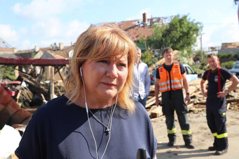 Ministryně financí Alena Schillerová v Moravské Nové Vsi, kterou poničilo tornádo.