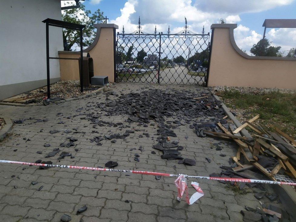 Tornádo poničili v obci hrušky i hřbitov.