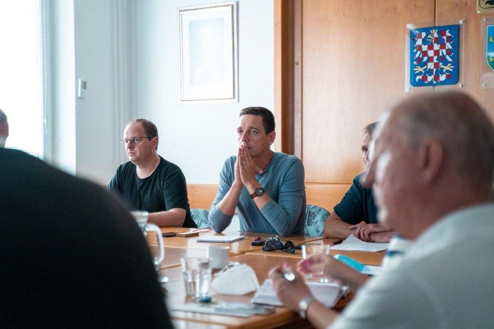 Hejtman Jihomoravského kraje Jan Grolich (KDU-ČSL) při zasedání krizového štábu kraje po ničivém tornádu. (25. 6. 2021)