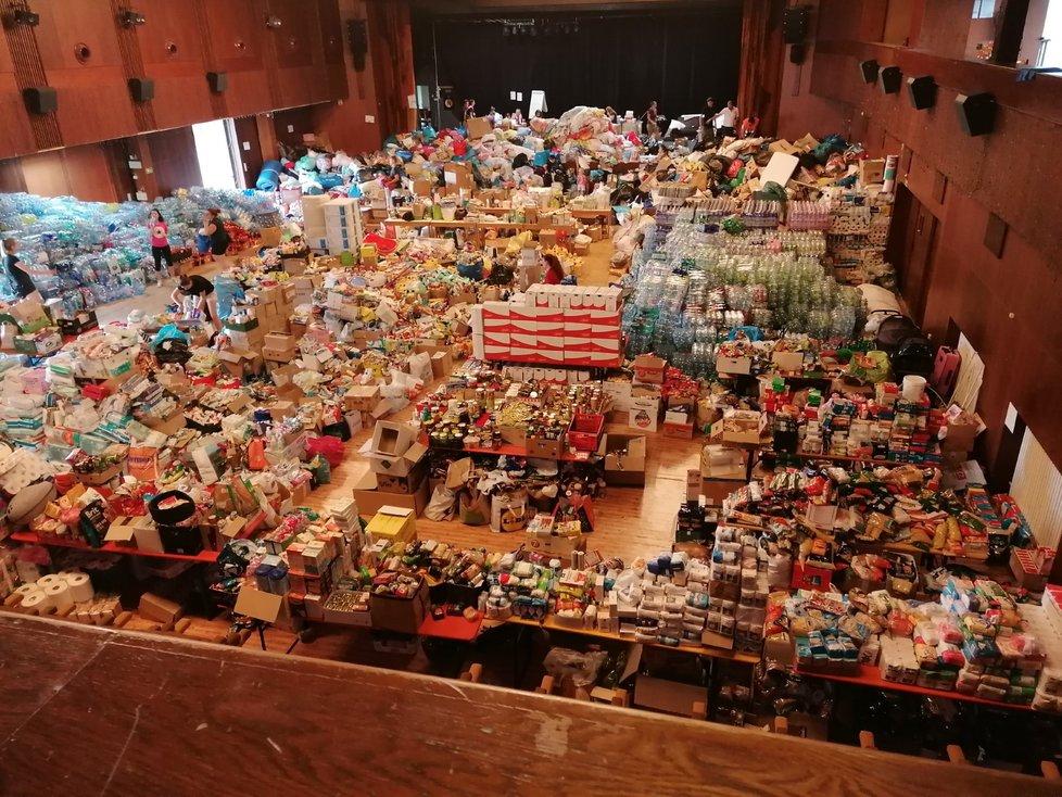 Pomoc od lidí a firem z celého Česka zaplnila kapacitu kulturního domu v Hodoníně.