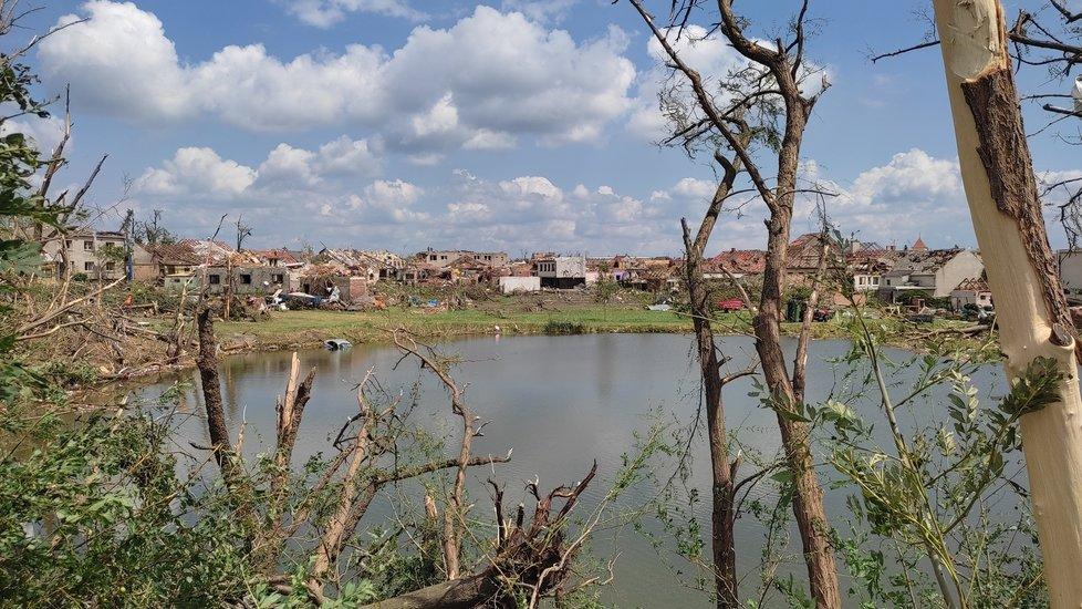 Takto vypadají následky řádění tornáda na Hodonínsku v Lužicích, Mikulčicích a v lese u hodonínského Pánova.