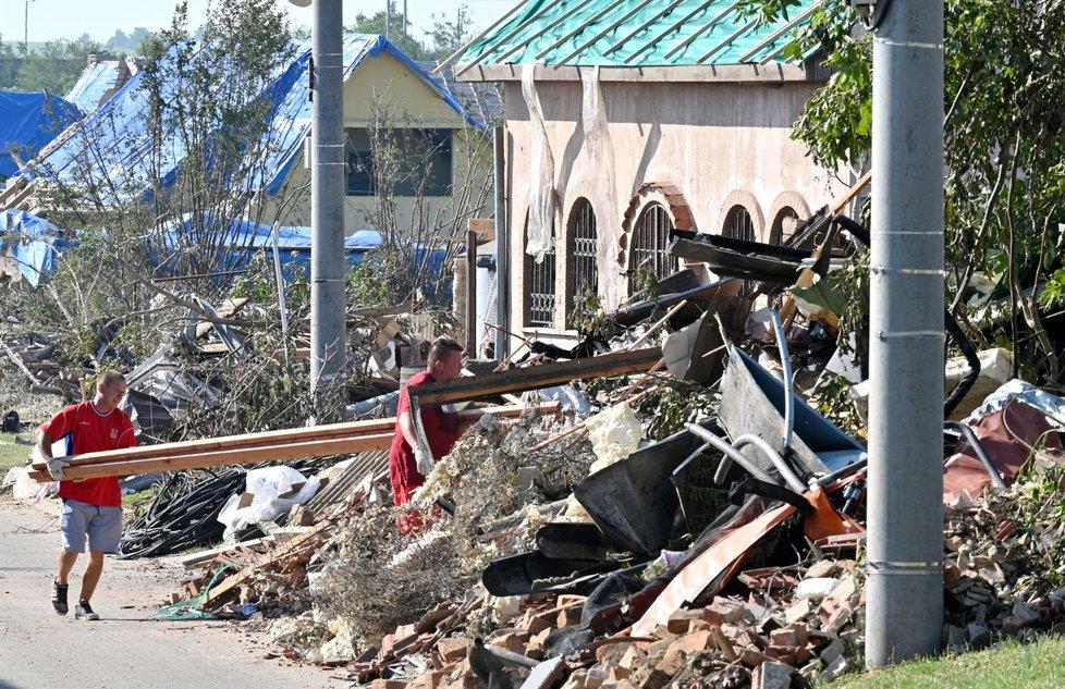 Hrušky tři dny po katastrofickém tornádu.