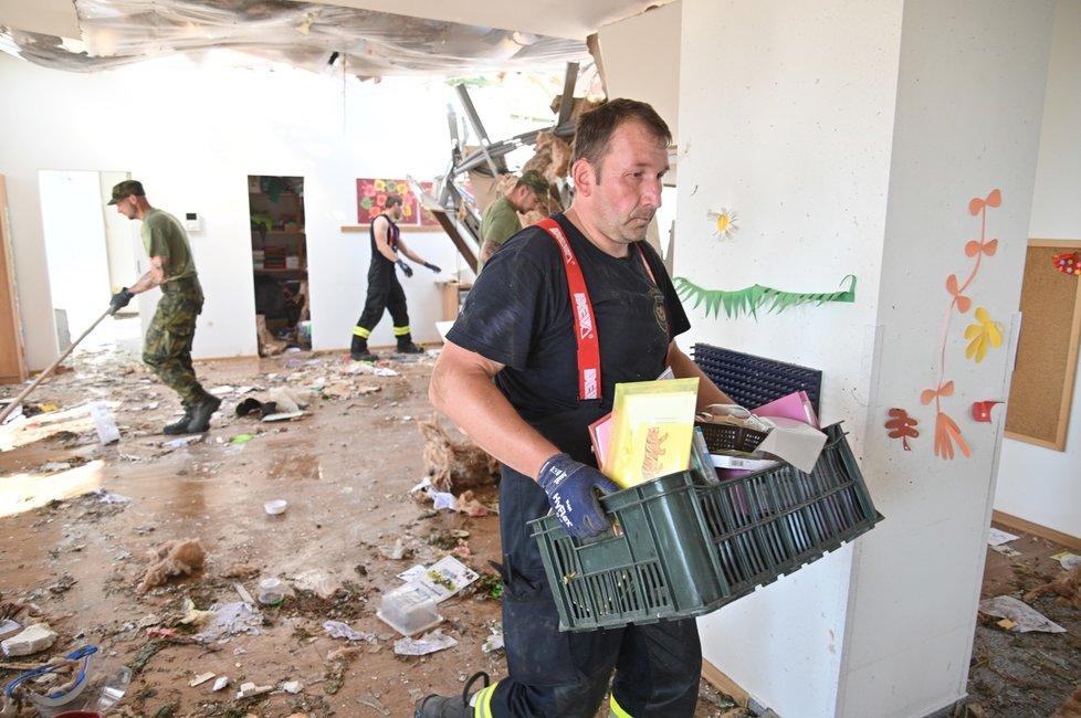 Hrušky tři dny po katastrofickém tornádu. Takhle zdevastovalo mateřskou školu.