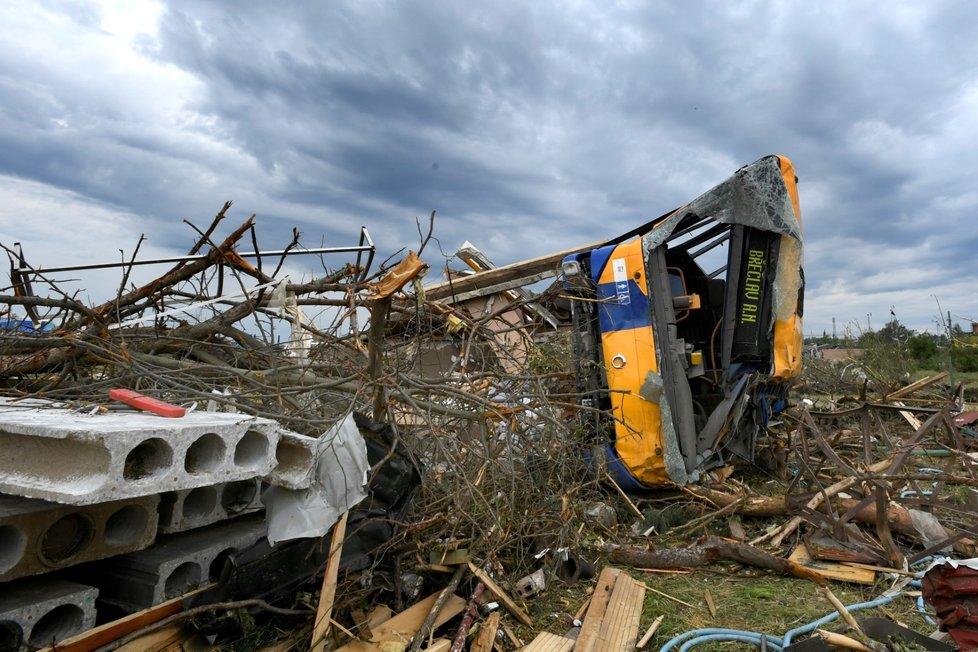 Autobus tornádo vleklo asi 30 metrů, skončil převrácený. Zranili se v něm čtyři lidé.