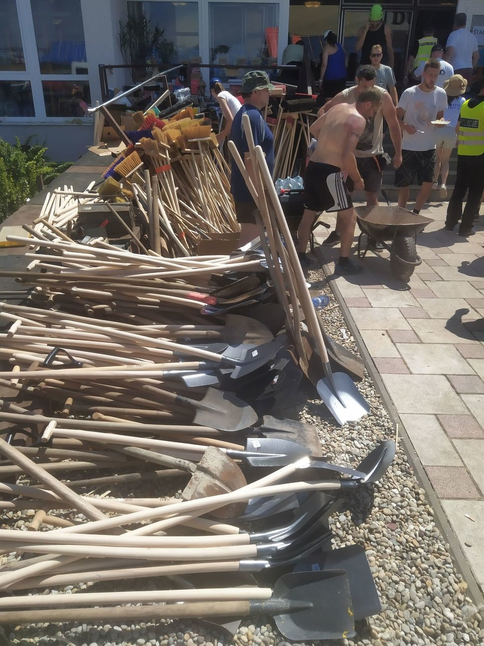 Košťata, lopaty a plachty patřily v Mikulčicích mezi nejžádanější věci při víkendových odklízecích pracích.
