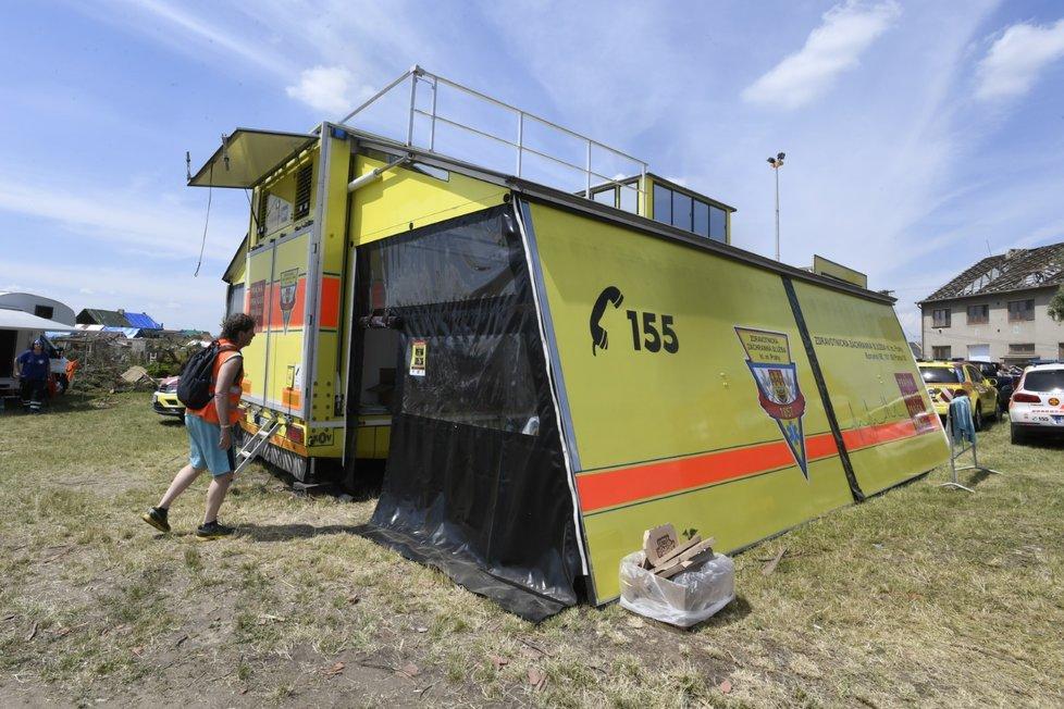 Pražští záchranáři postavili 27. června polní ošetřovnu v Moravské Nové Vsi na Břeclavsku, kde pokračovaly odklízecí práce po čtvrtečním tornádu.
