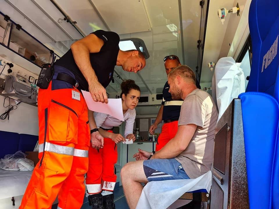 Záchranáři ošetřují desítky lidí, kteří se zraní při odklízení následků ničivého tornáda.
