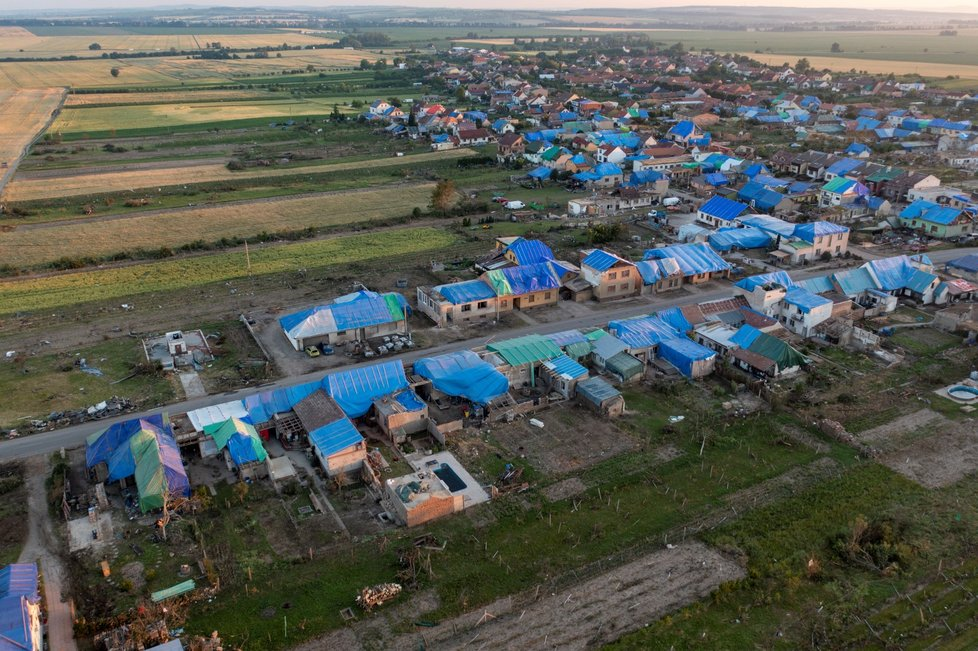 Obec Hrušky po ničivém tornádu: Domy mají provizorní modrou střechu z plachet (28.6.2021)