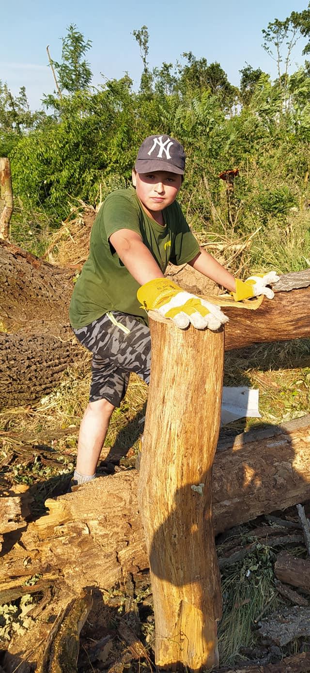Žák sedmé třídy Vojta Toman z Ratíškovic (14) pomáhá od začátku při likvidaci následků tornáda na hodonínském Pánově.