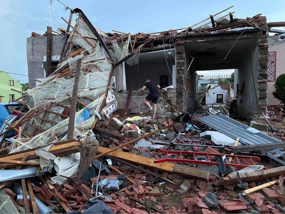 Z domu, kde Tomáš Omasta (27) z Hrušek prožil dětství, zbyla ruina. S odklízením pomáhají rodině vojáci.