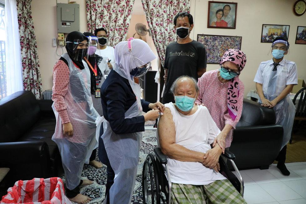 Koronavirus v Malajsii: Senioři jsou očkováni vakcínou Sinovac.