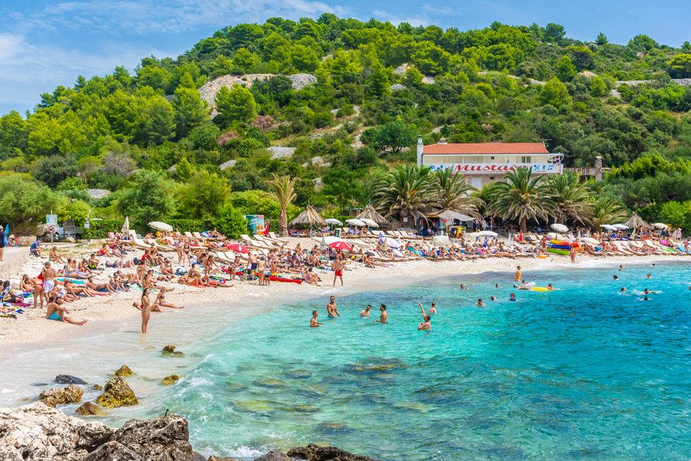 Pláž na ostrově Hvar v Chorvatsku (červen 2021)