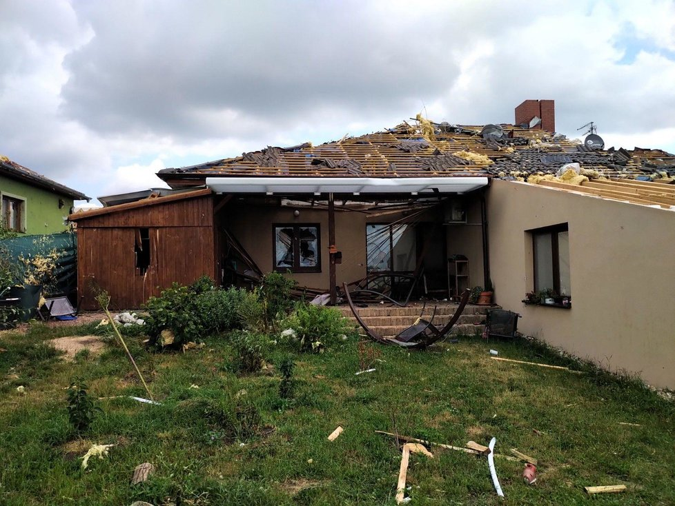 Dobrovolníci pomáhají obyvatelům z obcí zasažených tornádem opravit zničené domy.