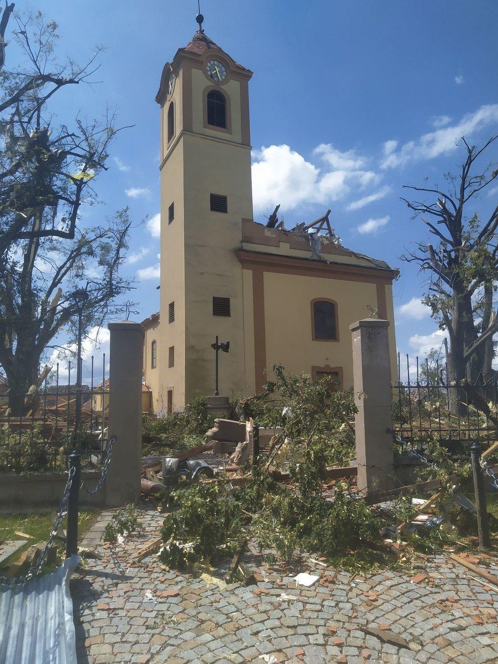 Pohled na kostel svatého Jakuba Staršího v Moravské Nové Vsi 25.června a nyní.