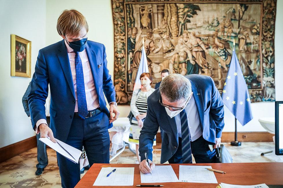 Ministr zdravotnictví Adam Vojtěch při příchodu na jednání vlády. (1.7.2021)