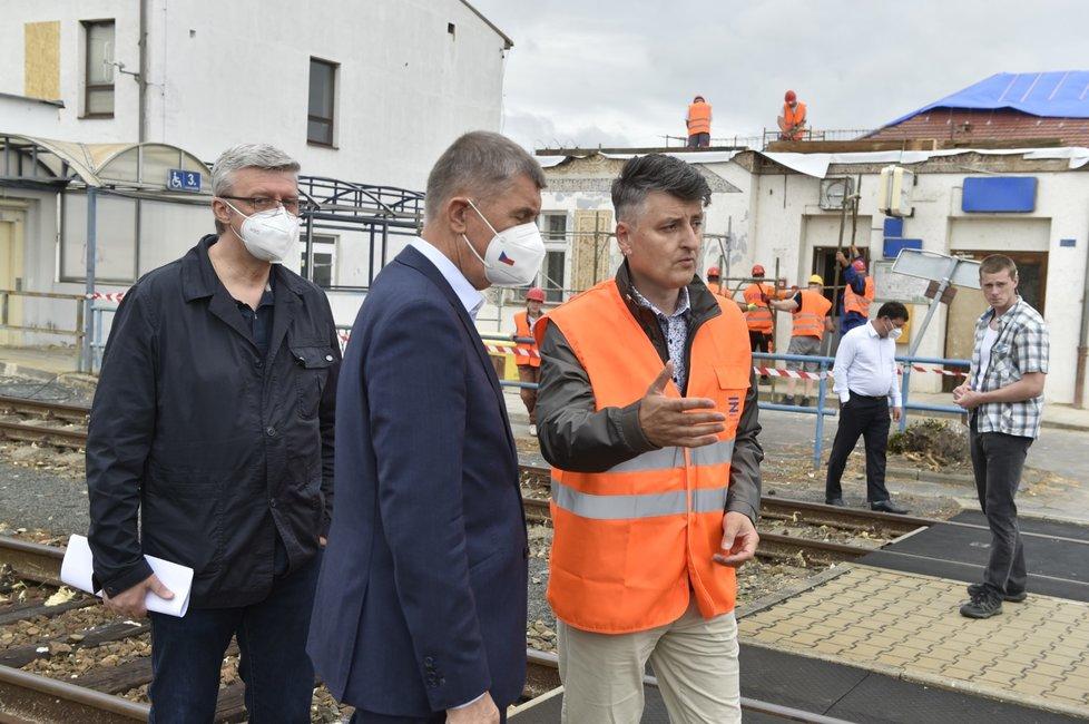 Ministr dopravy Karel Havlíček, premiér Andrej Babiš a generální ředitel Správy železniční dopravní cesty (SŽDC) při prohlídce železniční stanice v Lužicích na Hodonínsku, kterou minulý týden postihlo ničivé tornádo.