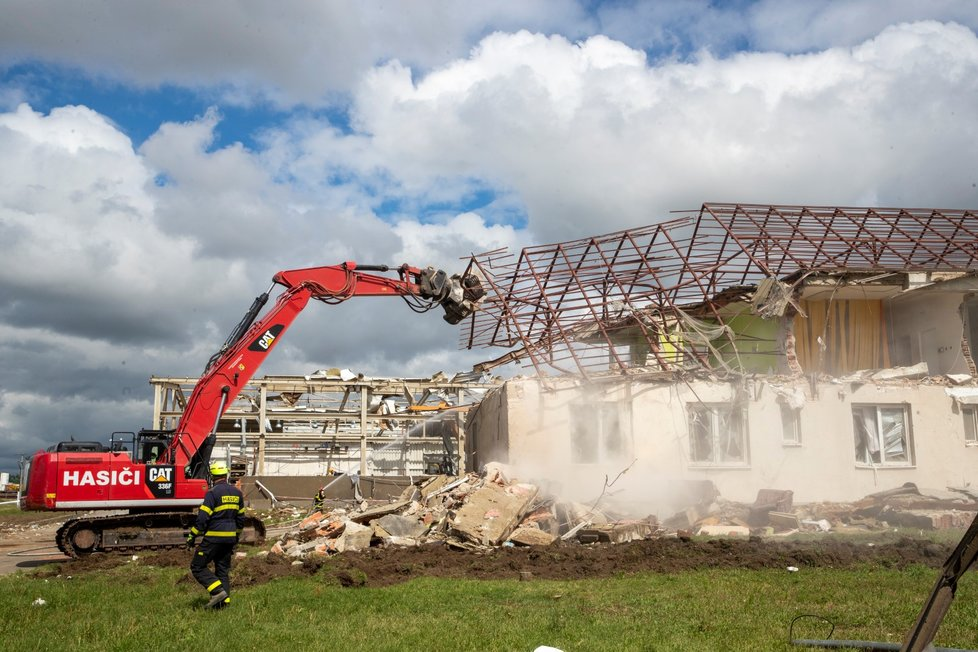 Hasiči pokračují v demolici zničených domů na jihu Moravy