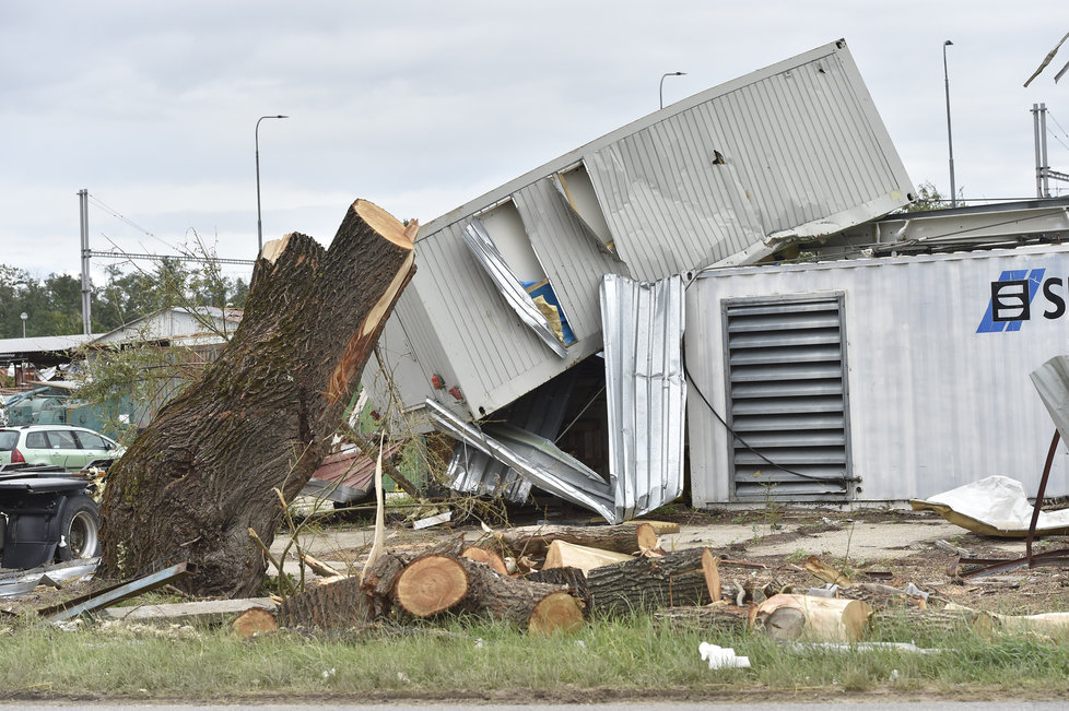 Odstraňování škod po torndáu 2. července 2021 v obci Lužice na Hodonínsku.
