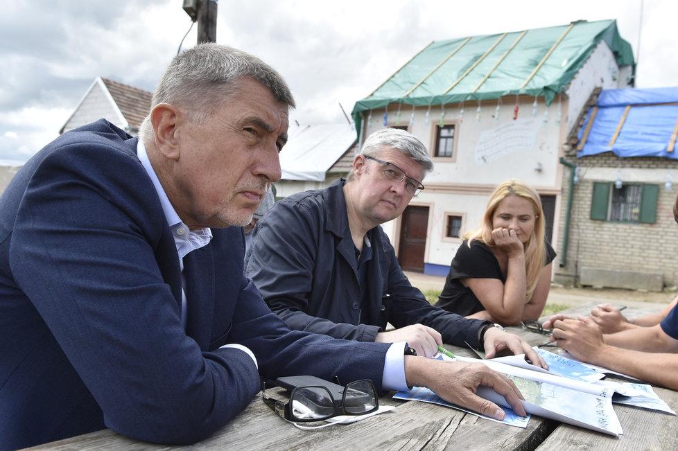Na snímku jsou (zleva) premiér Andrej Babiš a ministr dopravy a průmyslu a obchodu Karel Havlíček při jednání s vinaři 2. července 2021 v Mikulčicích.