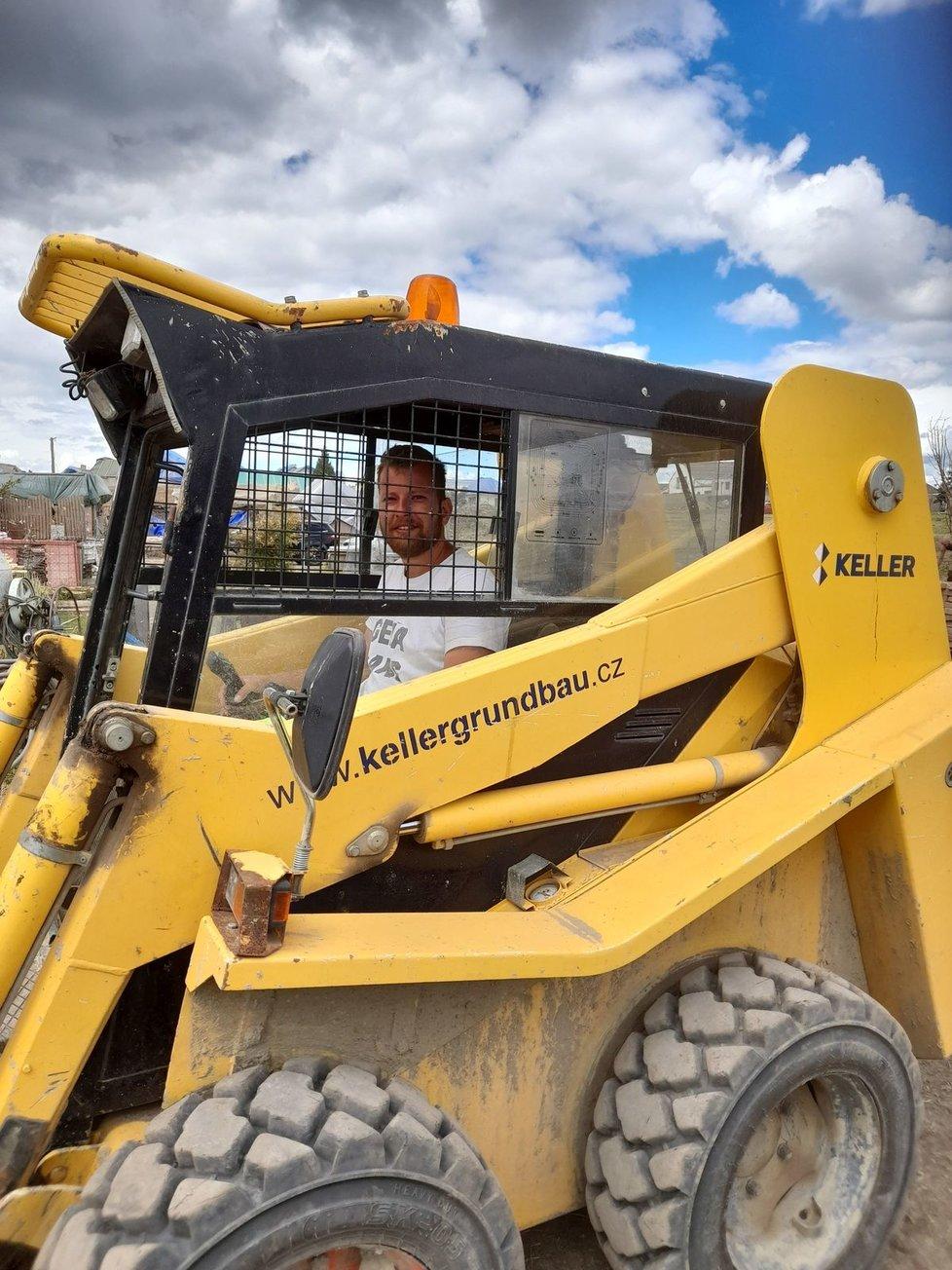 Mezi stovkami pomocníků v tornádem zasažených obcích nechybí ani Tomáš Cabal, zaměstnanec společnosti Keller, která mu poskytla stroj zvaný bobek.