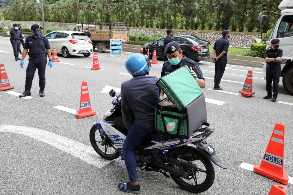 Na malajsijské město Kuala Lumpur byl uvalen tvrdý lockdown, policisté kontrolují všechny, kdo chtějí překročit hranice obce