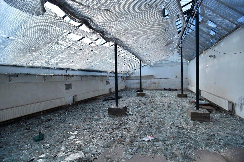 Plachtou zakrytý skleník zámku ve Valticích na snímku pořízeném 3. července 2021. Areál zámku poškodilo 24. června krupobití, jež předcházelo vzniku tornáda na Břeclavsku.