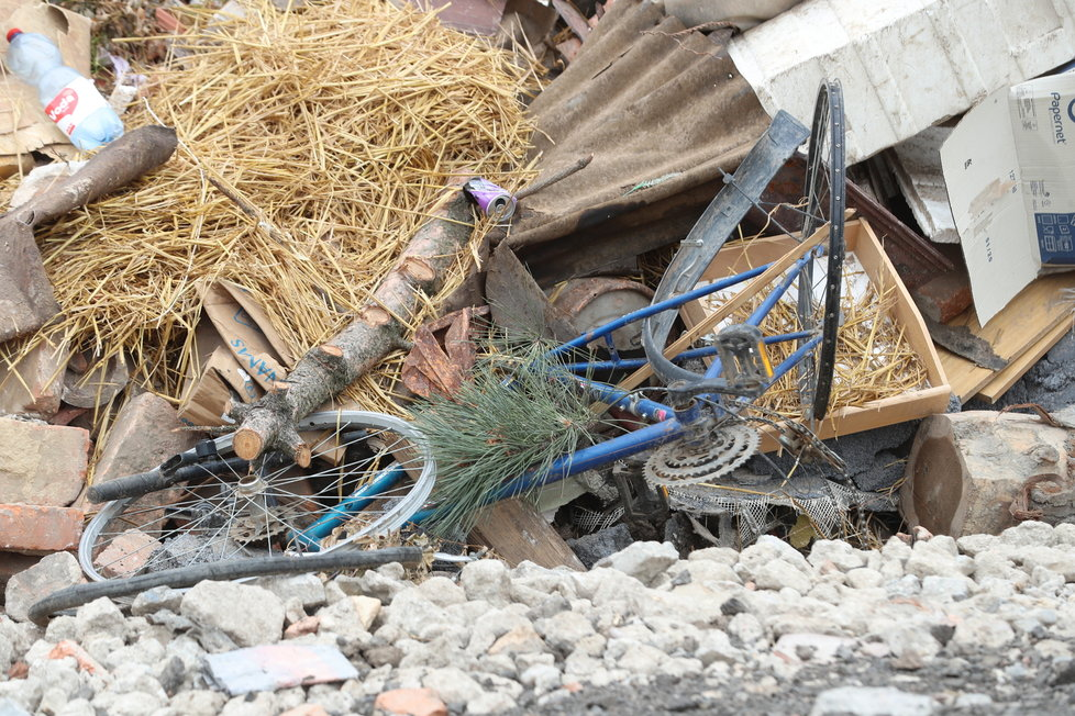 Na skládce se válí zničené jízdní kolo...