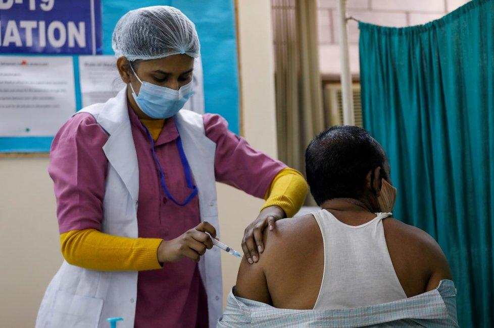Očkování proti covidu v indickém Dillí