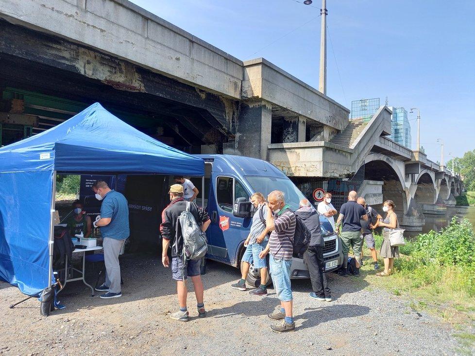 Očkování lidí bez domova pod Libeňským mostem. (13. července 2021)