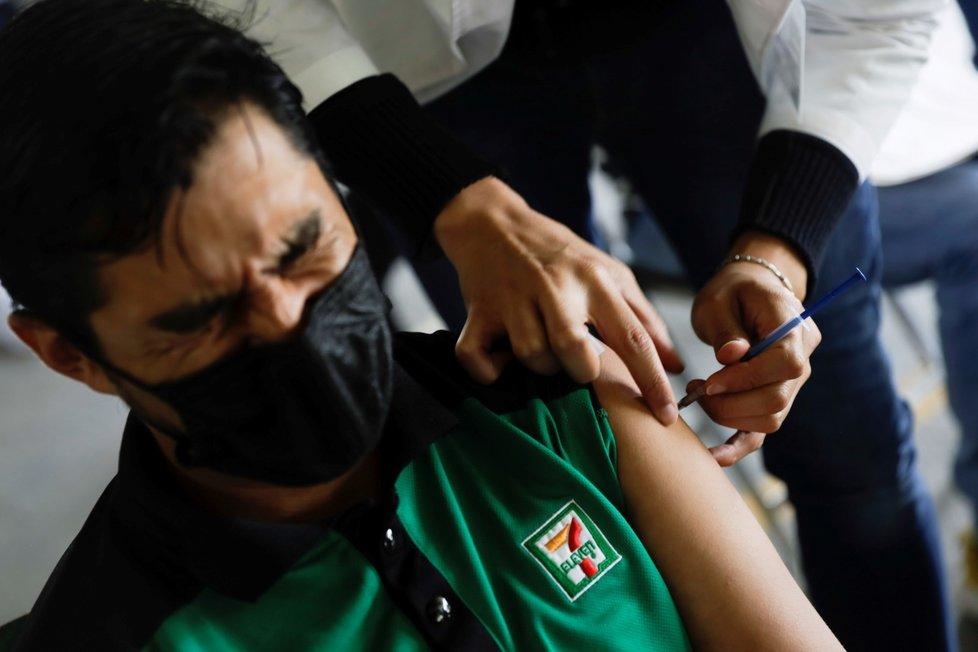 V Mexiku lidé čekají na očkování Sputnikem V