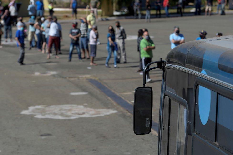 Lidé čekají na očkování v Brazílii