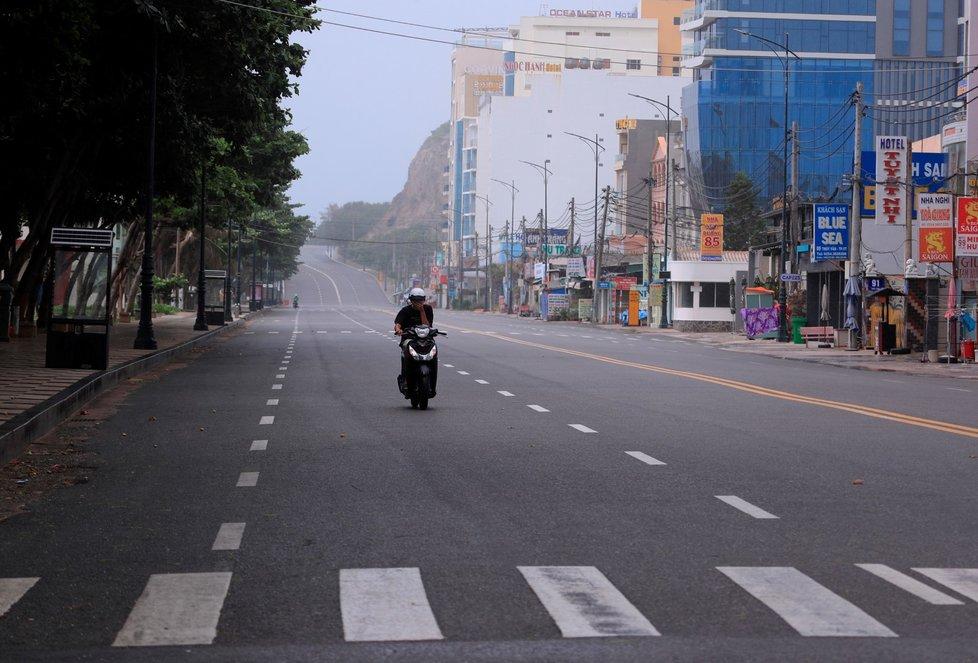 Vietnam kvůli šíření covidu uzavřel metropoli Hanoj.