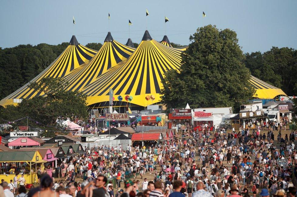 Festival Latitude v Británii - lidé chodí bez roušek a tancují v davech