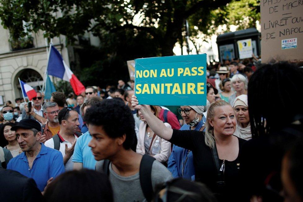 Francie protestuje proti pandemickým nařízením