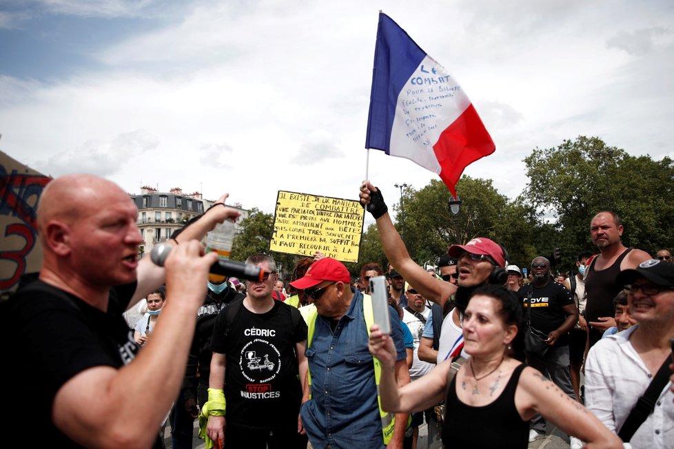 Demonstrace proti zdravotnickým pasům a povinnému očkování ve Francii