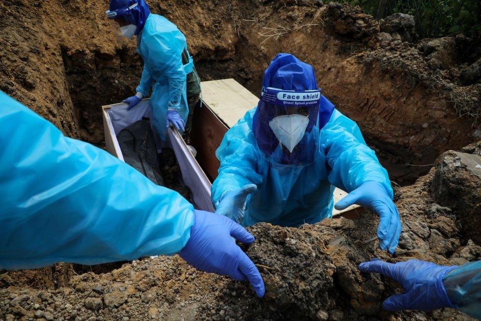 Pohřeb obětí koronaviru v Malajsii.