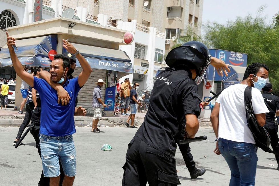 Stovky lidí protestovaly v Tunisu a dalších tuniských městech proti vládě a její neschopnosti řešit epidemickou situaci.