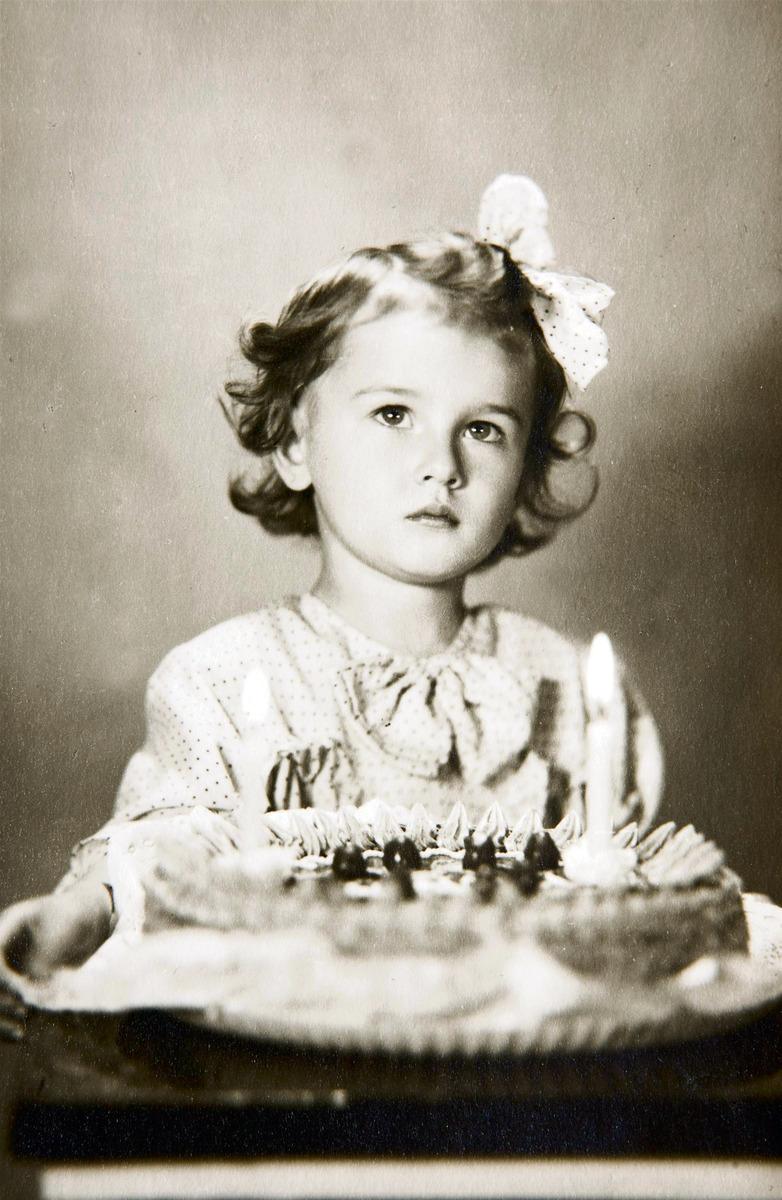 Saskia s narozeninovým dortem