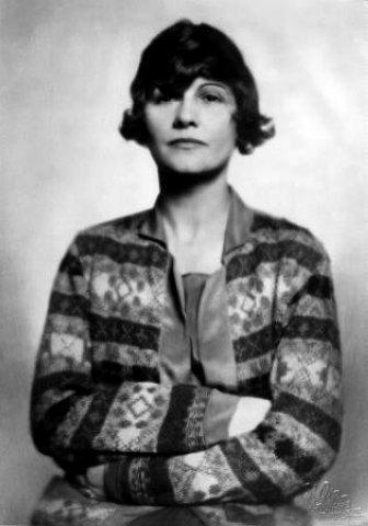 """Sama sebe popsala jako """"největší návrhářku své doby"""". Byla opravdu úspěšná. V neuvěřitelně krátké době se jí podařilo získat nejen bohatství, ale i dobré sociální postavení."""