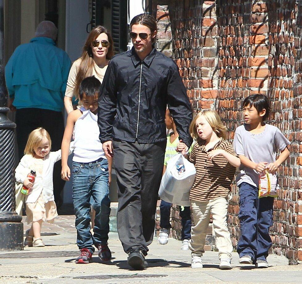 Ani drsňák Brad Pitt neodolal dětskému loudění a zakoupil hned plnou tašku pamlsků.