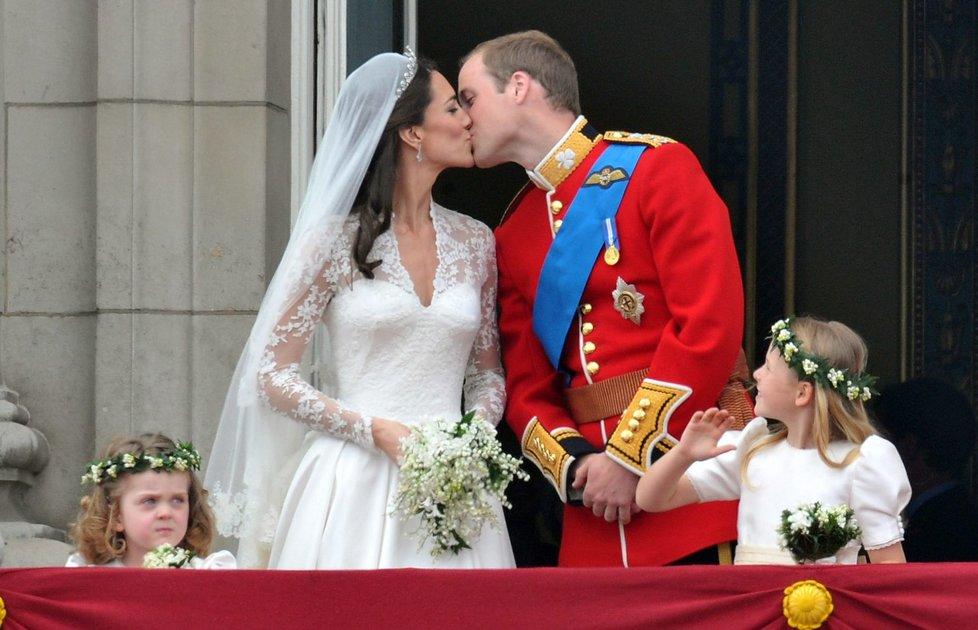Novomanželé se na balkoně Buckinghamského paláce dvakrát krátce políbili.