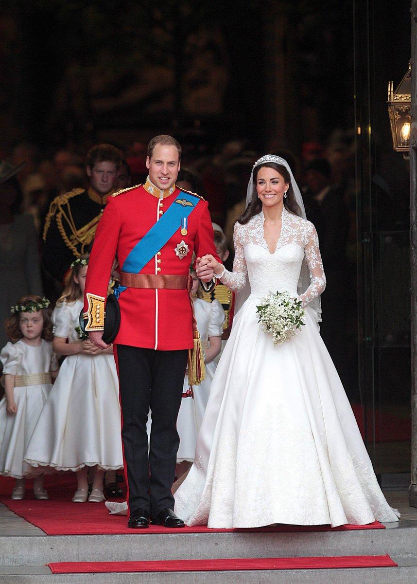 Svatební šaty pro Kate navrhla Sarah Burton z módního domu Alexander McQueen