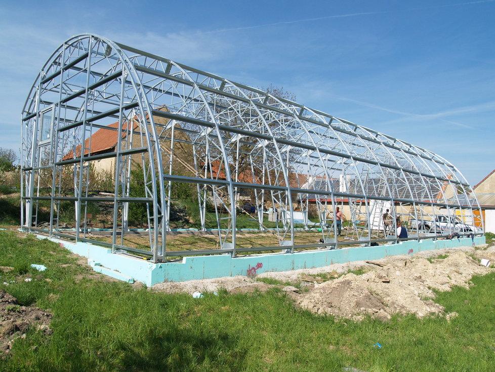 Největší soukromý český tropický skleník se v těchto dnech dokončuje ve Vykáni nedaleko Prahy.