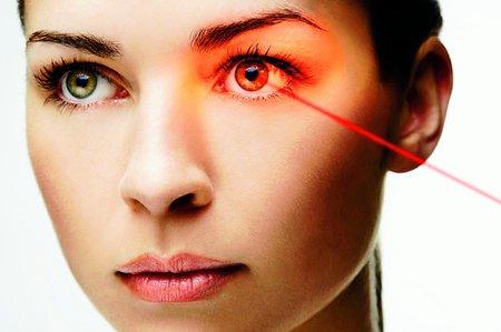 Laserová operace očí nebolí.