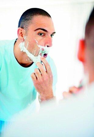 Muž po holení málokdy spláchne zbytky do umyvadla.
