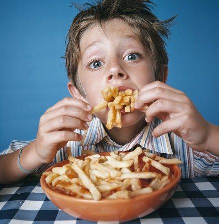 Děti se rádi cpou nezdraví.