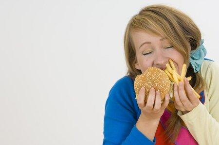 Pokud jíte často mastná jídla, mohou se objevit pupínky kolem úst.