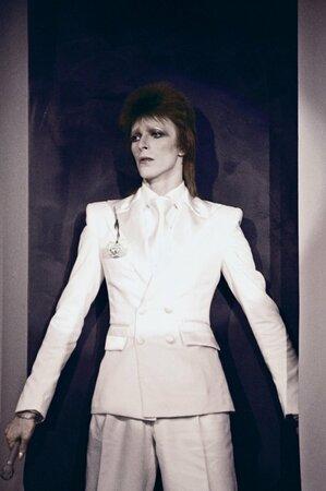 David Bowie v době, kdy nosil zrzavé číro