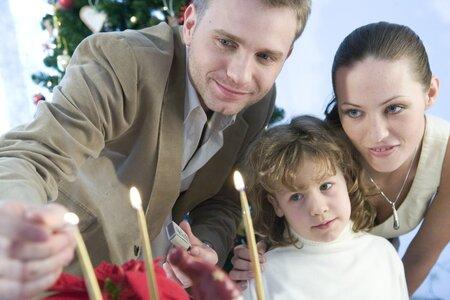 Nechte si s výzdobou a přípravou Vánoc pomoct celou rodinou.