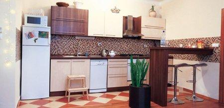 Zpěvákův byt je zařízený jednoduše, díky tomu při uklízení dvojice ušetří čas.